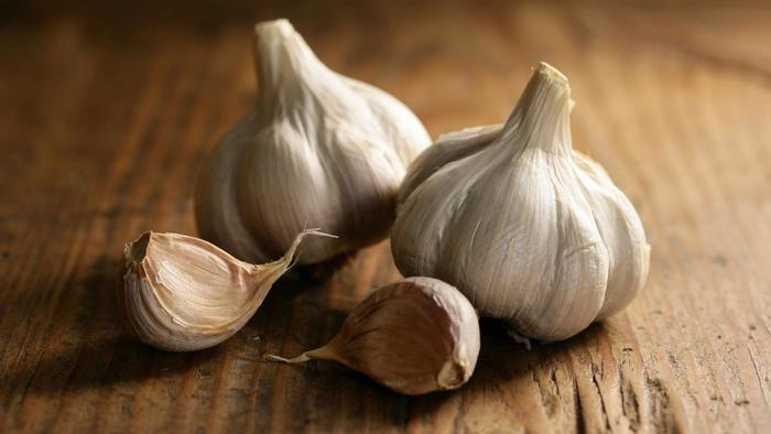 chew garlic clove to cure sore throat
