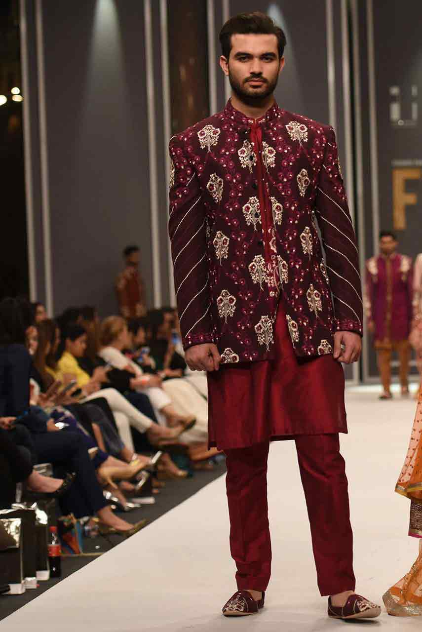 latest style of pakistani groom wedding sherwani designs 2017 for mehndi with embroidered maroon jacket