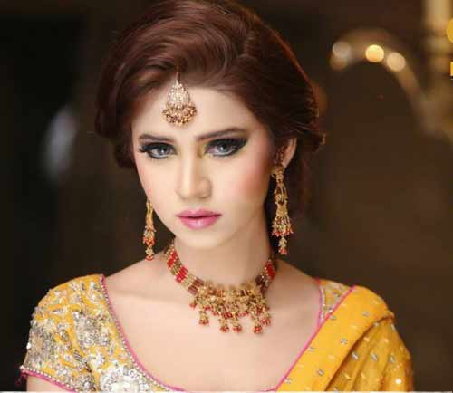 best hairstyle for bridal to wear on mehndi function