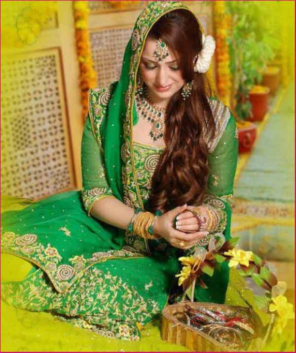 latest side loose waves mehndi day hairstyle