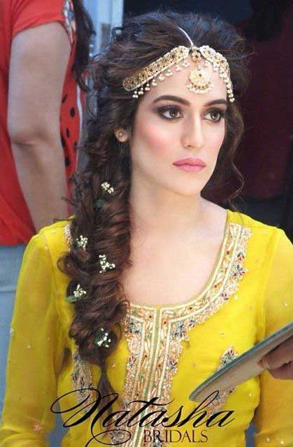 latest wedding trend of side braid for mehndi hairstyle