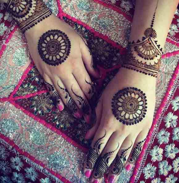 Back hand gold tikka/tikki beautiful and simple Pakistani mehndi designs 2017 for eid