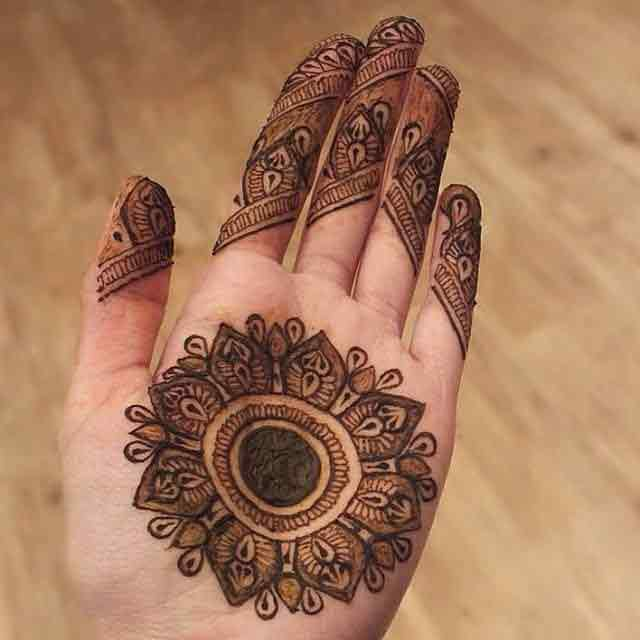 Traditional and simple gol tikka mehndi designs 2017 for front hands