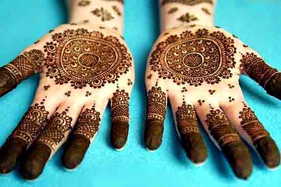 Detailed and simple gol tikka mehndi designs 2017 for front hands
