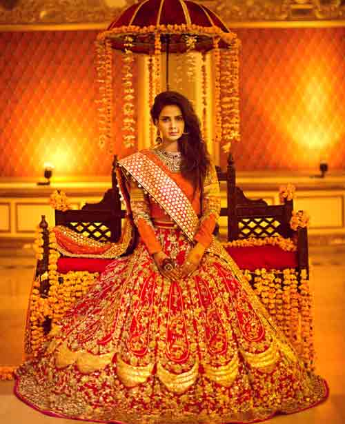 Best lehenga choli style Pakistani bridal dress in red and golden color combinations 2018 with dupatta