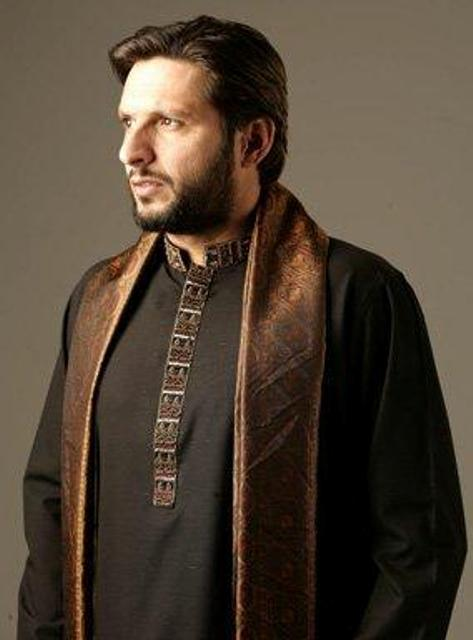 Shahid Afridi in black mehndi kurta designs with brown stole for grooms