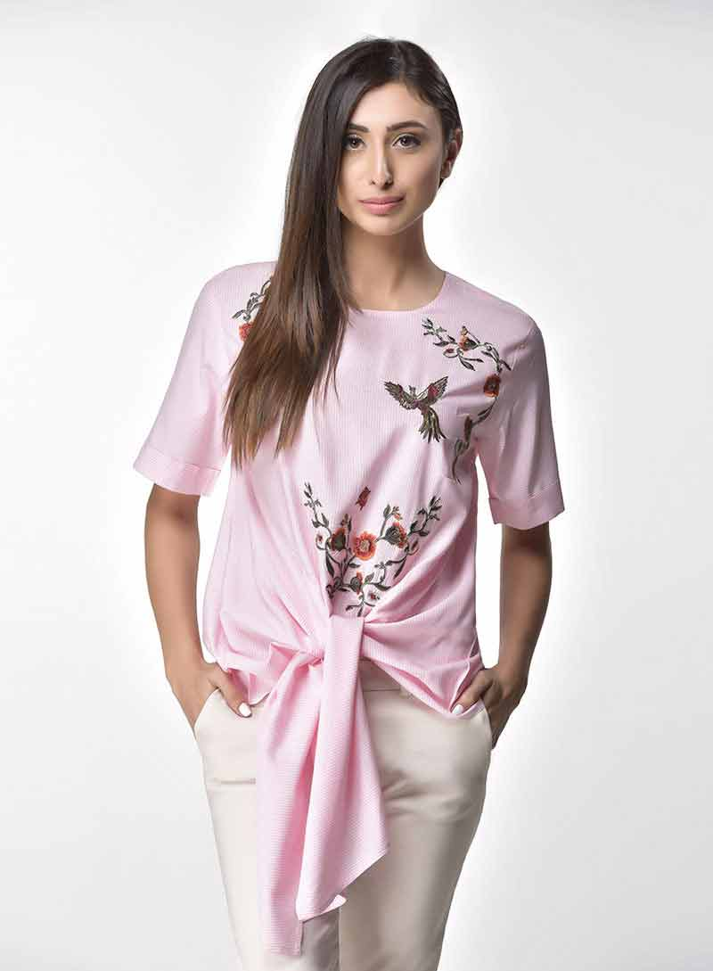 Pink casual knotted top with white jeans