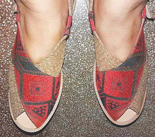 Red and green kohlapuri chappal for girls